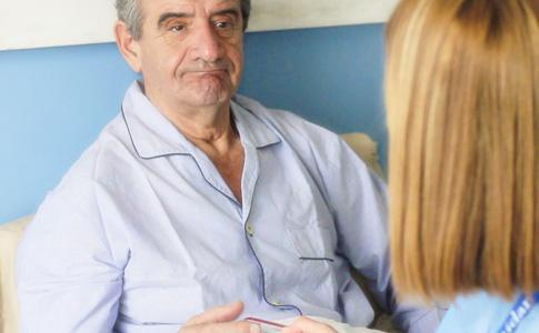 Servicios de enfermería a domicilio: paciente recibiendo la consulta